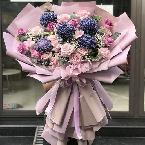 bó hoa cúc mẫu đơn tím và hoa hồng