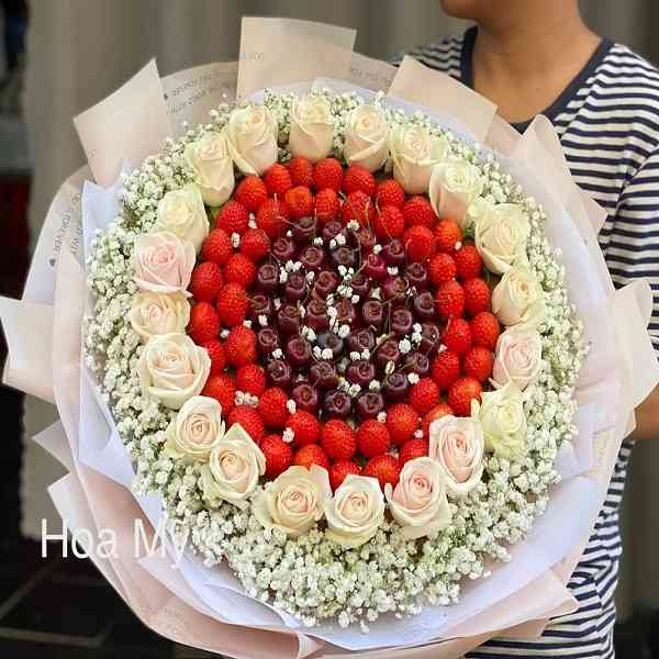 bó hoa dâu tây đẹp mix hoa hồng, cherry